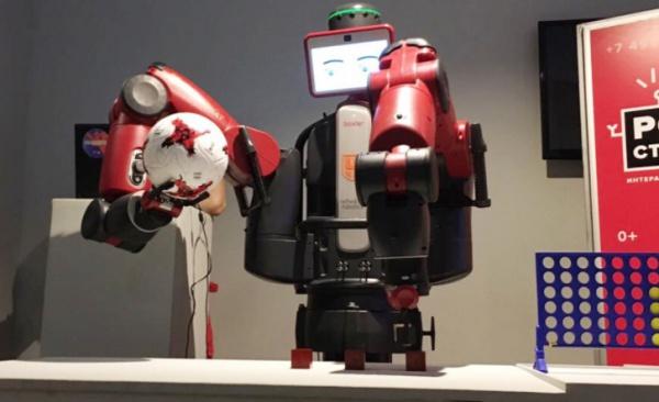 В преддверии ЧМ робот прошел спецподготовку: он смотрел записи футбольных игр, слушал интервью со спортсменами и запоминал прогнозы аналитиков