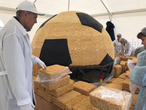 Общий вес кулинарного объекта составляет больше 4 тонн