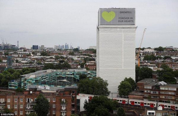 В Лондоне почтили память жертв пожара в высотке Grenfell Tower