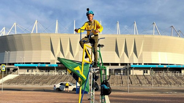 Необычный велосипед, раскрашенный в цвета бразильского флага, был доставлен самолетом в разобранном виде