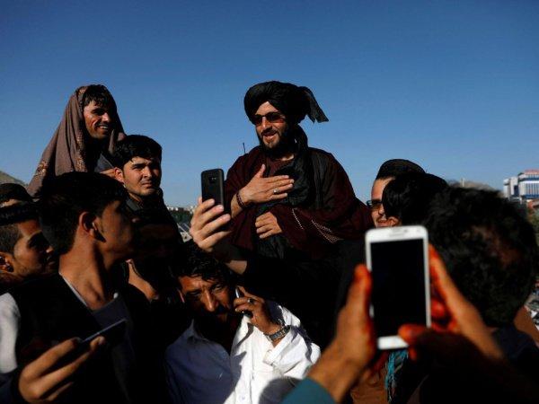 Талибы с мирными жителями в Ид аль-Фитр.