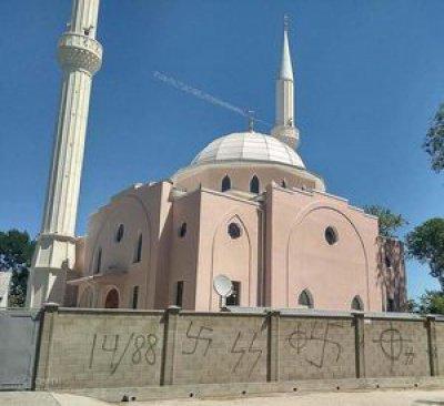 Мечеть в Крыму изрисовали нацистской символикой