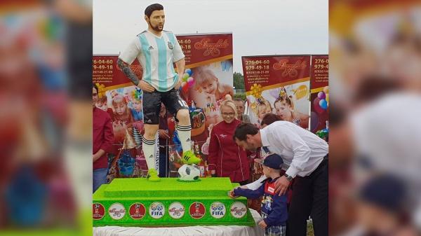 Шоколадная скульптура футбольной звезды весит 60 кг и по параметрам почти совпадает с ростом самого аргентинца