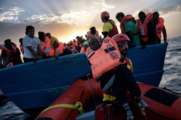 Итальянские моряки больше не будут спасать беженцев.