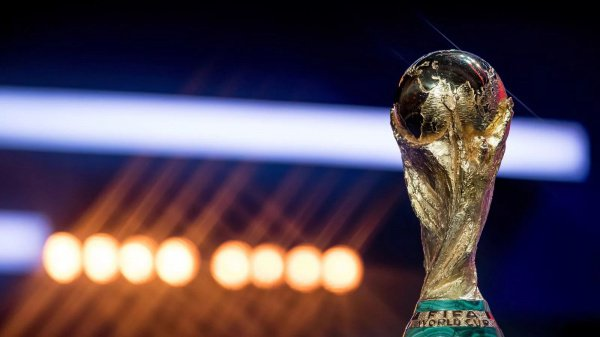 Двойники мировых лидеров позировали для профессиональных фотографов, вместе держа в руках Кубок мира