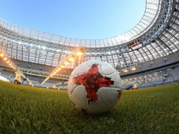 Путин также осмотрел павильон, где выставлен главный трофей ЧМ-2018 — Кубок мира ФИФА