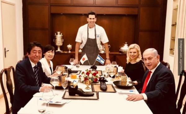 Чета Нетаньяху на ужине с премьер-министром Японии Синдзо Абэ и его супругой.