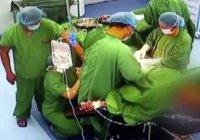 В Китае хирург, корчащийся от боли, провел 9 операций
