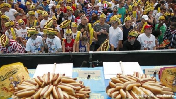 Диетологи рассчитали, что в хот-догах, которые съел победитель, содержится порядка 22 200 калорий