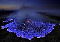 В Индонезии вулкан начал извергать синюю лаву (ВИДЕО)