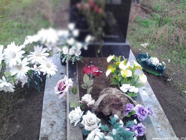 Вандалы осквернили кладбище.