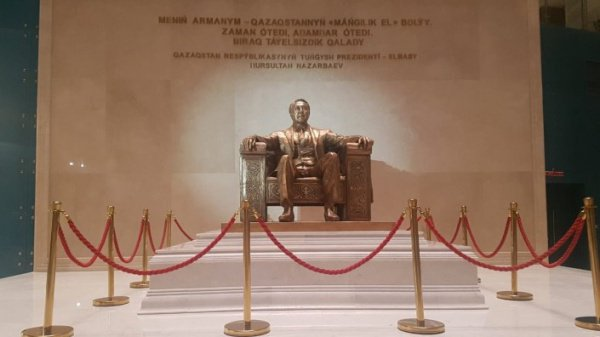 Монумент в честь Назарбаева в Астане.