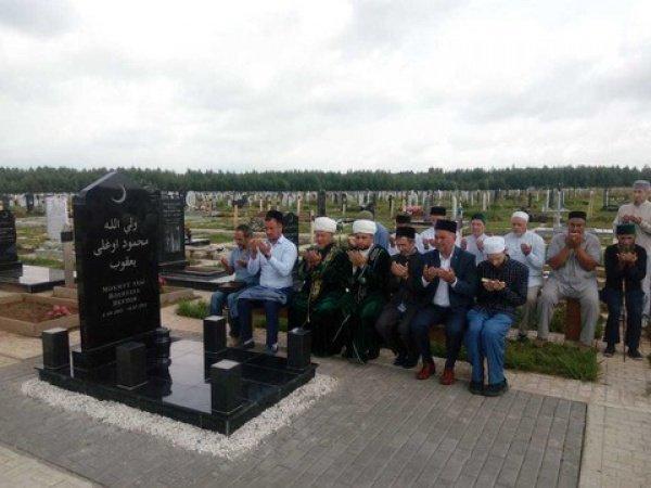 Священнослужители на могиле Валуллы хазрата Якупова.