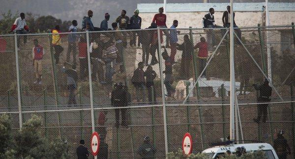Мигранты попытались прорваться на территорию Испании.