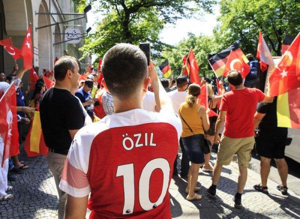 Акция в поддержку Месута Озила собрала несколько сотен человек.