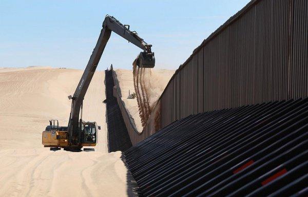 США начали строить стену на границе с Мексикой.