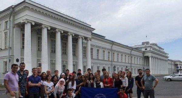 Участники Школы у главного здания КФУ.