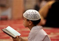 В Египте детей приучают к намазу необычным способом