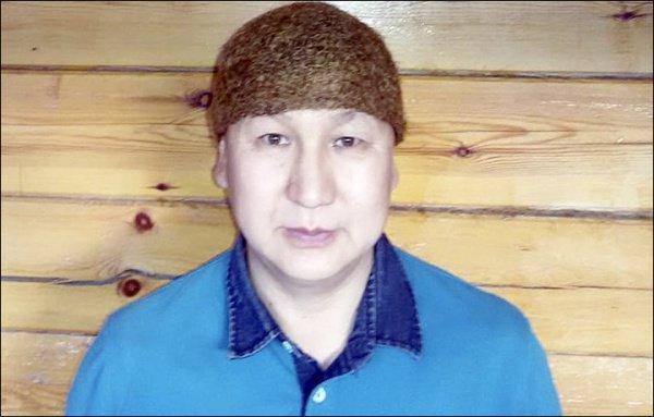 Мастер спрял шерсть и связал из нее национальный головной убор, который традиционно изготавливается из конских волос