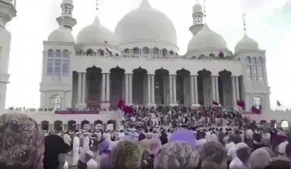 В населенный пункт съехались приверженцы ислама из других уголков провинции