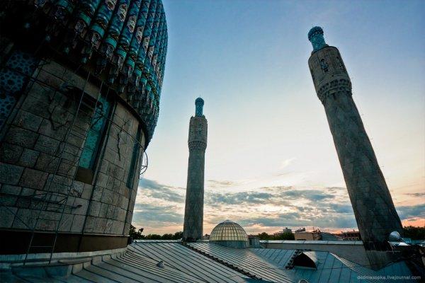 9 апреля 2018 года в Соборной мечети на Кронверкском проспекте Северной столицы 20-летний молодой человек жестоко избил охранника мечети