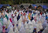 Выжившие при землетрясении отметили Курбан-байрам под открытым небом