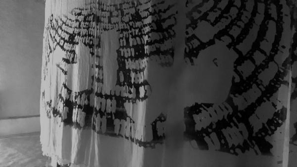 Саудовская художница воссоздает картины хаджа на ихрамах паломников