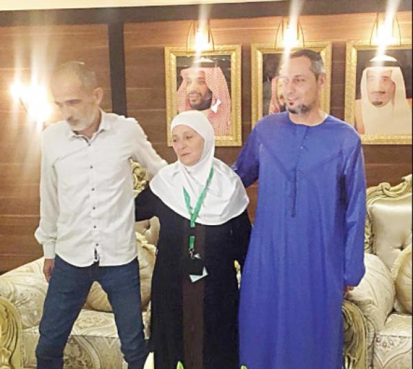Близкие родственники после многолетней разлуки крепко обнялись и прослезились, встретившись во время хаджа