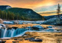 В Канаде турист преодолел 30-метровый водопад на каяке (ВИДЕО)