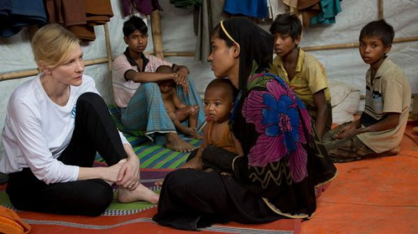 Бланшетт на встрече с беженцами в Бангладеш.