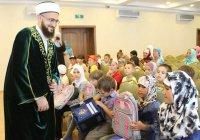 Муфтий Татарстана подарил школьникам портфели и школьные принадлежности