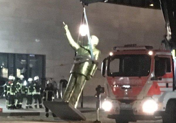 Демонтирован позолоченный монумент был при помощи крана и пожарной машины.