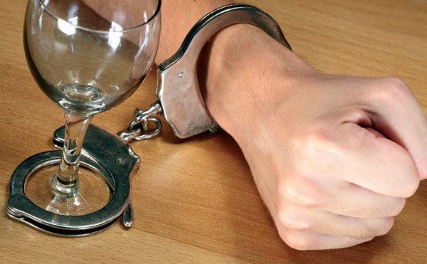 Ежегодно от алкоголизма в мире гибнут сотни тысяч людей.