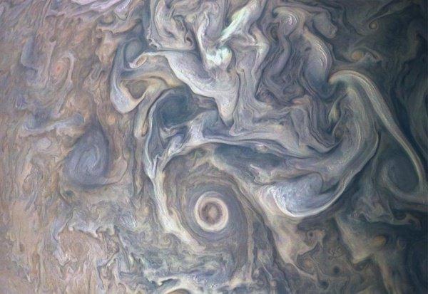На изображении запечатлен необычный облачный пейзаж, зафиксированный в Северном умеренном поясе Юпитера