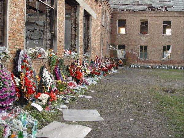 Жертвами теракта в Беслане стали более 300 человек.