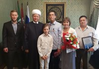 Альбир Крганов наградил набравшего 400 баллов на ЕГЭ Руслана Салимгареева