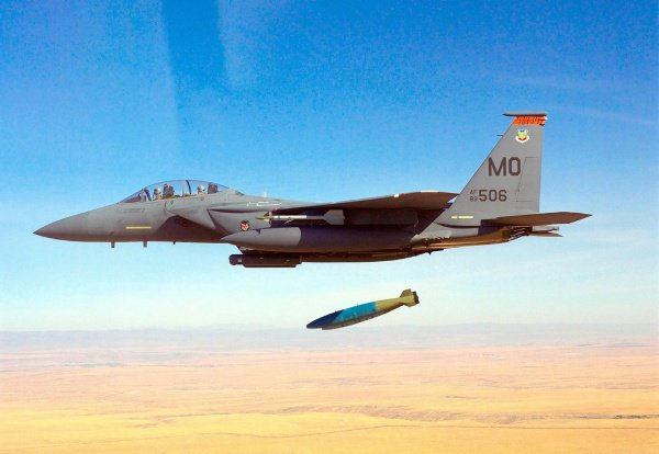 Фосфорные бомбы запрещены Женевской конвенцией.