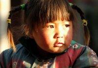 В Китае прохожие спасли выпавшего из окна ребенка (ВИДЕО)