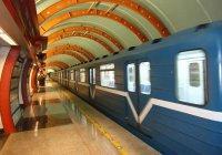 В Петербурге девушка пробила стеклянную дверь метро головой (ВИДЕО)