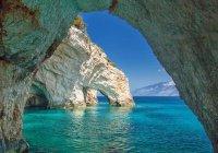 В Греции на популярный пляж обрушились скалы (ВИДЕО)