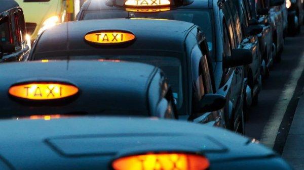По дороге домой пара решила взять такси, так как поезда, следующие до местечка Пайл, графство Бридженд, где они жили, были просто переполнены