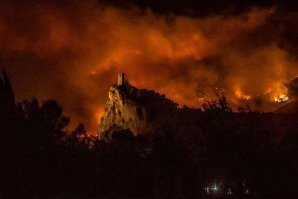 Местные спасатели, в свою очередь, не исключают того, что пожар вспыхнул из-за действий человека