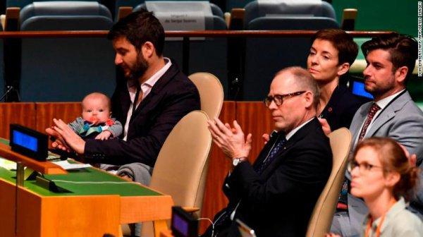 При этом новорожденной малышке выдали специальный бейдж делегата от Новой Зеландии