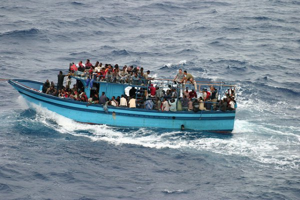 Точное число пассажиров катера не называется.