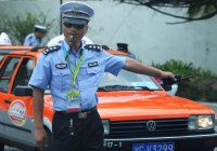 Китаец выжил в машине, насквозь пробитой столбом (ВИДЕО)