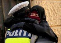 Женщине-полицейскому, обнявшей мусульманку в никабе, грозит увольнение