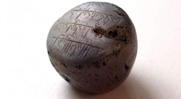 Ученые пытаются расшифровать надпись на древнем камне.