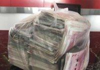 В Китае бедный уборщик нашел пакет с деньгами и вернул его владельцу