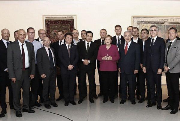Фотография Меркель и израильских чиновников набирает популярность в сети.