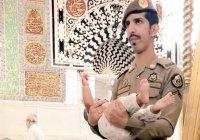 Охранник мечети Пророка (мир ему) стал героем социальных сетей (ТРОГАТЕЛЬНОЕ ФОТО)